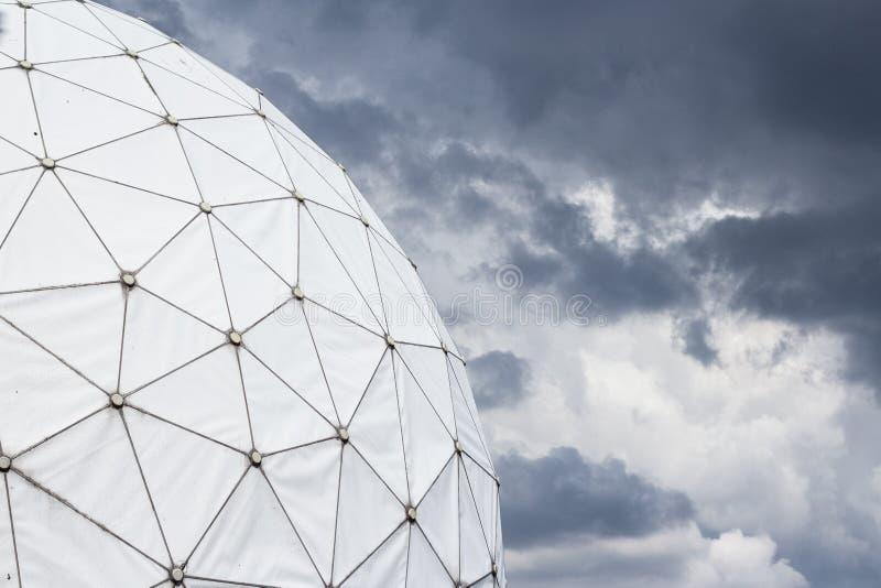 Cupola di radar/radomo alla stazione d'ascolto immagine stock