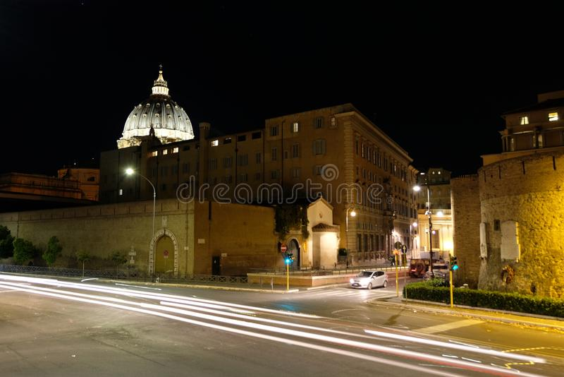 Cupola di San Pietro ed il resti di Porta Cavallegeri fotografia stock libera da diritti