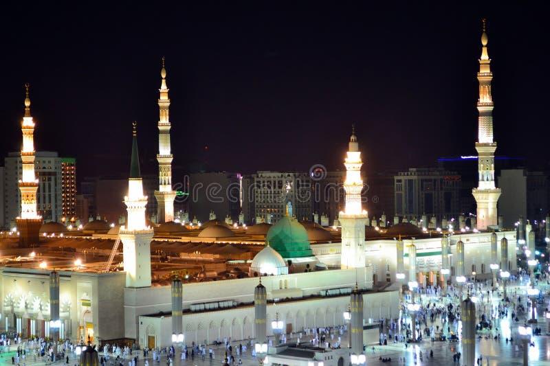 Cupola di verde della moschea del profeta alla notte fotografie stock