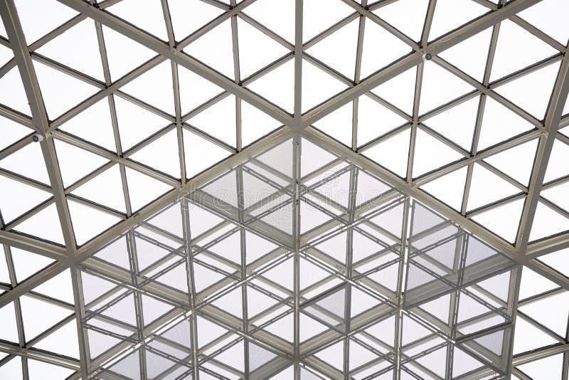 Cupola di vetro della costruzione della finestra o del tetto del triangolo di architettura moderna immagini stock libere da diritti
