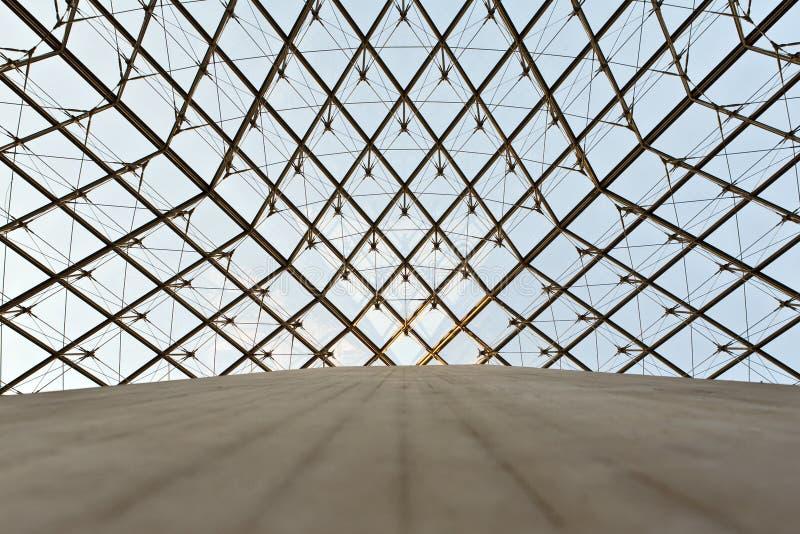 Cupola di vetro di una piramide nella feritoia immagini stock