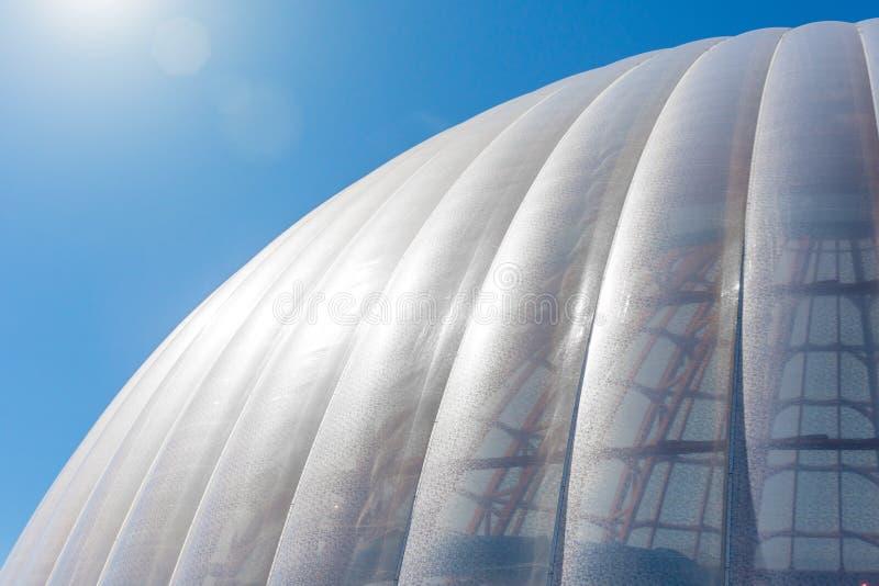 Cupola di vetro moderna della costruzione dell'estratto del tetto della sfera fotografie stock