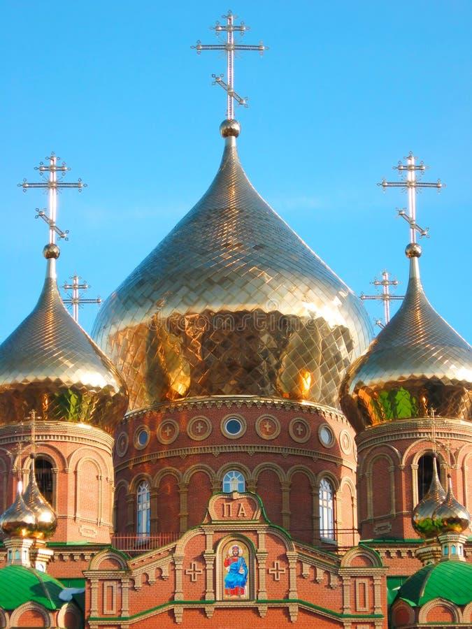 Cupola dorata brillante della cipolla della cattedrale di St.Vladimir immagine stock