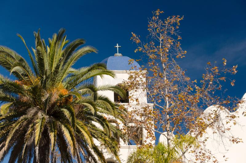 Cupola e croce della Chiesa dell'Immacolata Concezione, accanto a una palma fotografie stock libere da diritti