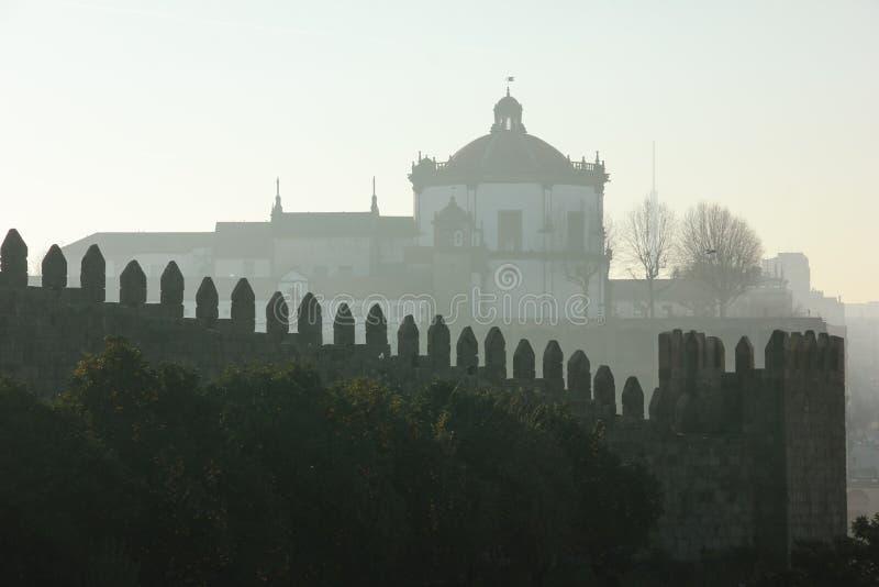 Cupola e pareti merlate. Oporto. Il Portogallo fotografia stock