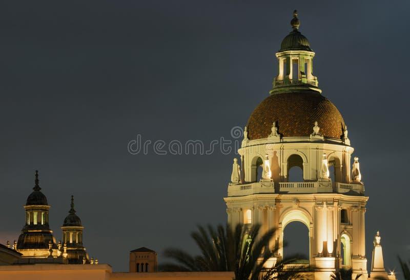 Cupola e torri illuminati per il municipio di Pasadena fotografia stock libera da diritti