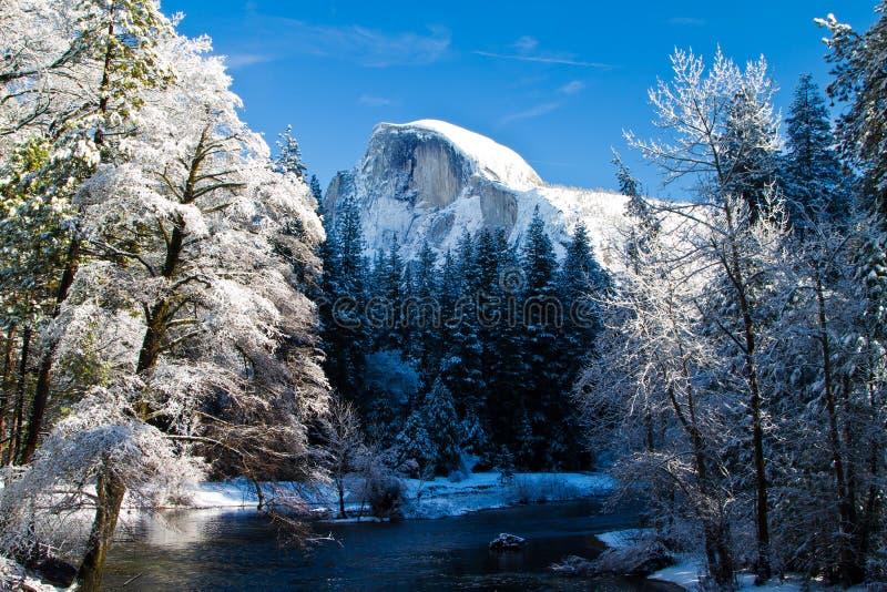 Cupola mezza del Yosemite in inverno immagini stock
