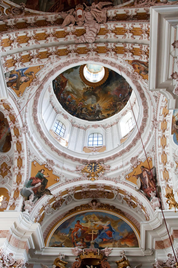 Cupola nella cattedrale barrocco della st James, Innsbruck immagini stock libere da diritti