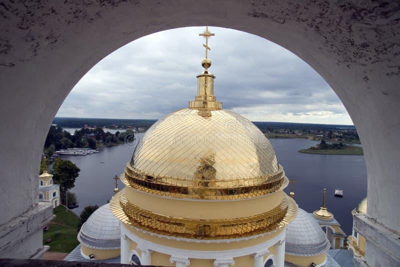 Cupole dell'oro della chiesa ortodossa con l'arco immagini stock libere da diritti