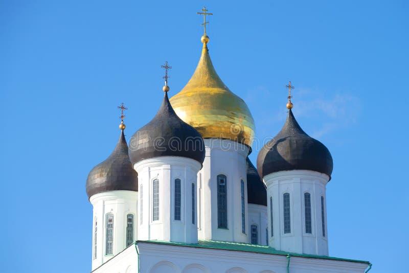Cupole della cattedrale antica della trinità contro lo sfondo del cielo blu Pskov fotografia stock