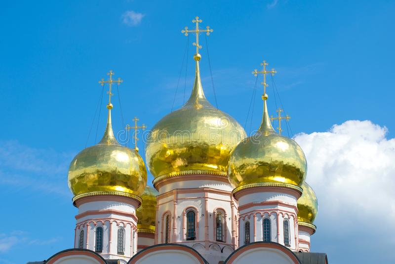 Cupole della cattedrale dell'icona della madre di Dio di Iverskaya Valdaisky immagine stock libera da diritti