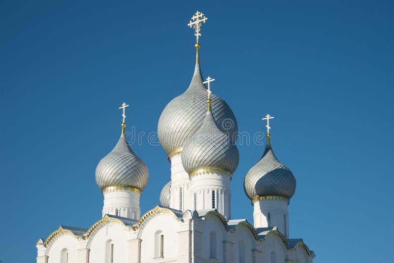 Cupole della cattedrale di presupposto sul primo piano del fondo del cielo blu Il Cremlino di Rostov Veliky, anello dorato della  fotografia stock libera da diritti