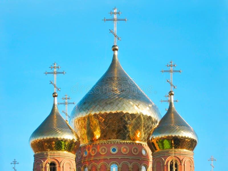 Cupole dorate brillanti della cattedrale di St.Vladimir fotografie stock