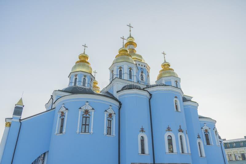 Cupole dorate della cattedrale della st Michael a Kiev, Ucraina Il monastero Dorato-a cupola di St Michael - complesso famoso del fotografia stock