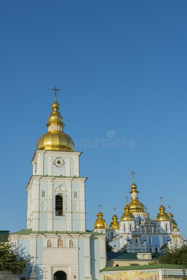 Cupole dorate della cattedrale della st Michael a Kiev, Ucraina Il monastero Dorato-a cupola di St Michael - complesso famoso del fotografie stock libere da diritti