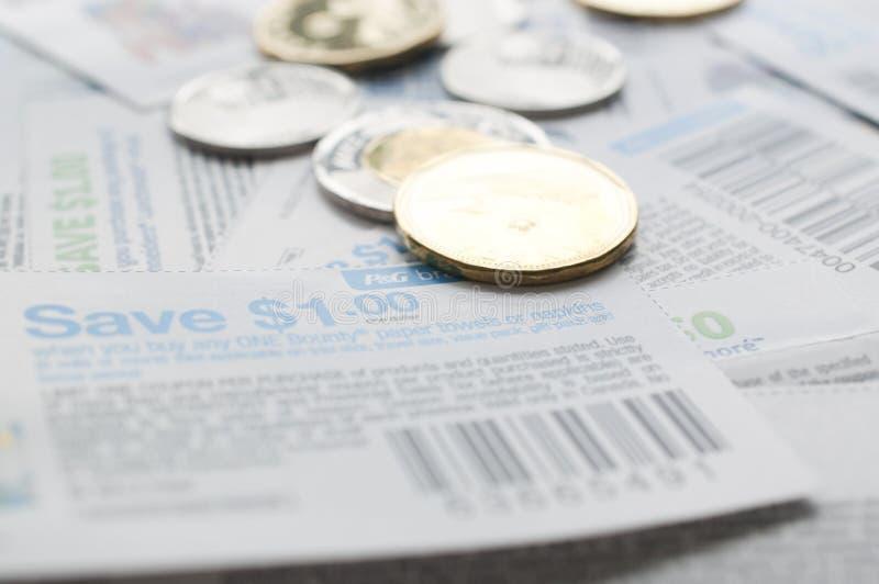 Cupones canadienses del ahorro con el dinero imagen de archivo