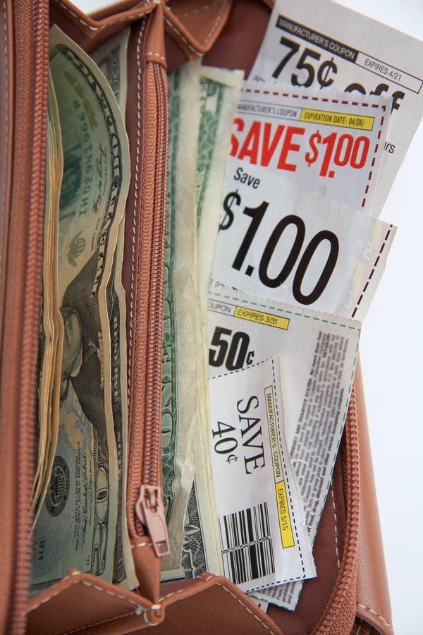 Cupones del ahorro en la carpeta para las compras imagen de archivo