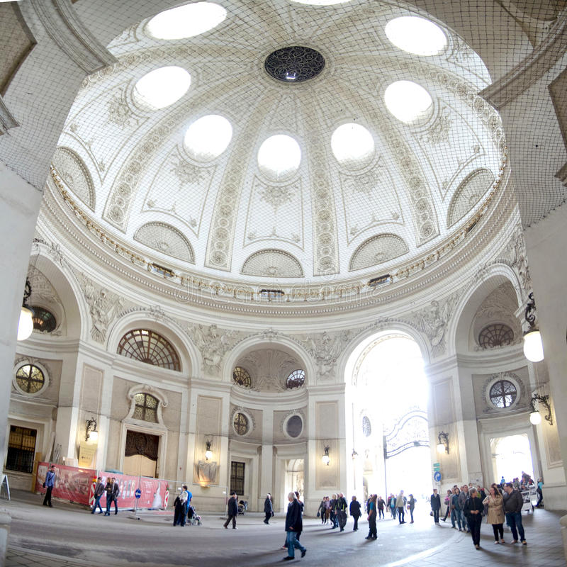 Cuppola inre sikt med besökare (den Wien Hofburg slotten), Österrike arkivfoton
