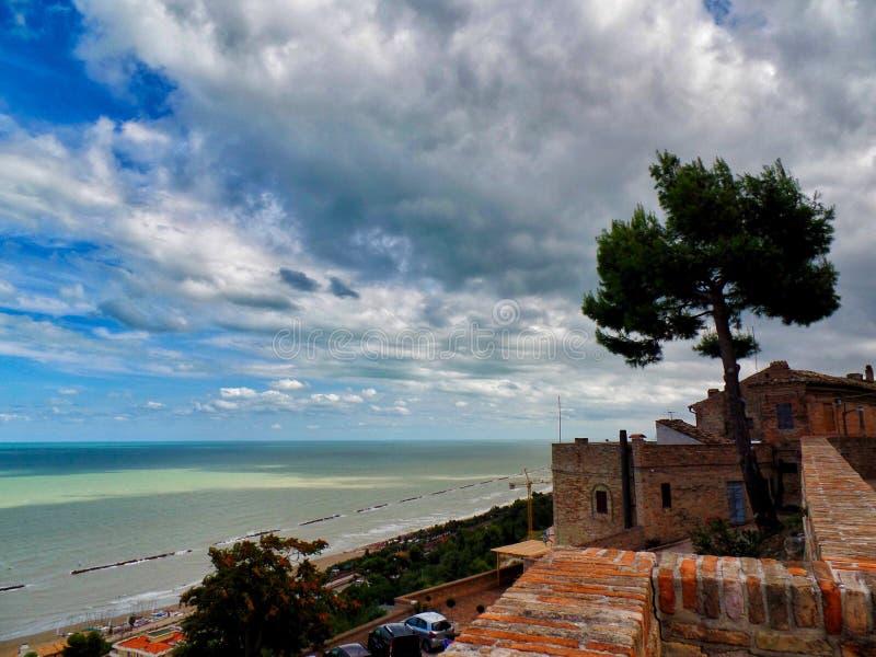 Download Cupra marittima 库存图片. 图片 包括有 都市, 云彩, 天空, 海运, 城市, 结构树 - 103629001