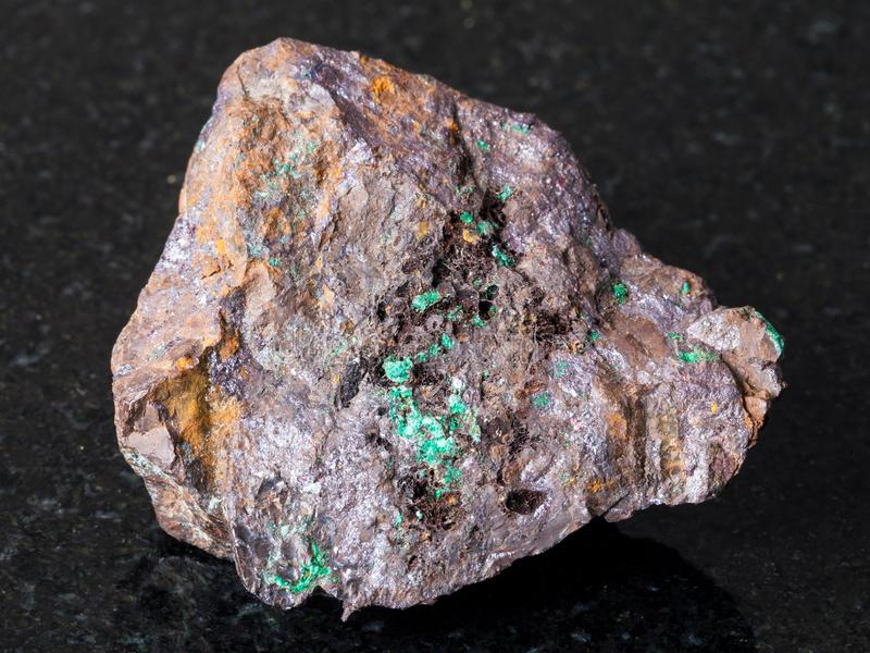 Cuprite e malaquite na pedra do Limonite na obscuridade fotografia de stock royalty free