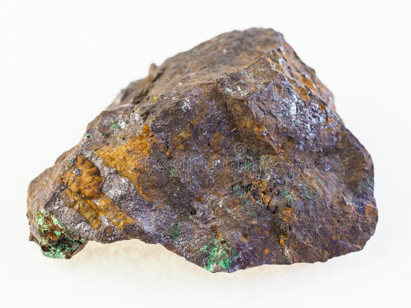 cuprite en malachiet in ruwe limonite steen stock fotografie