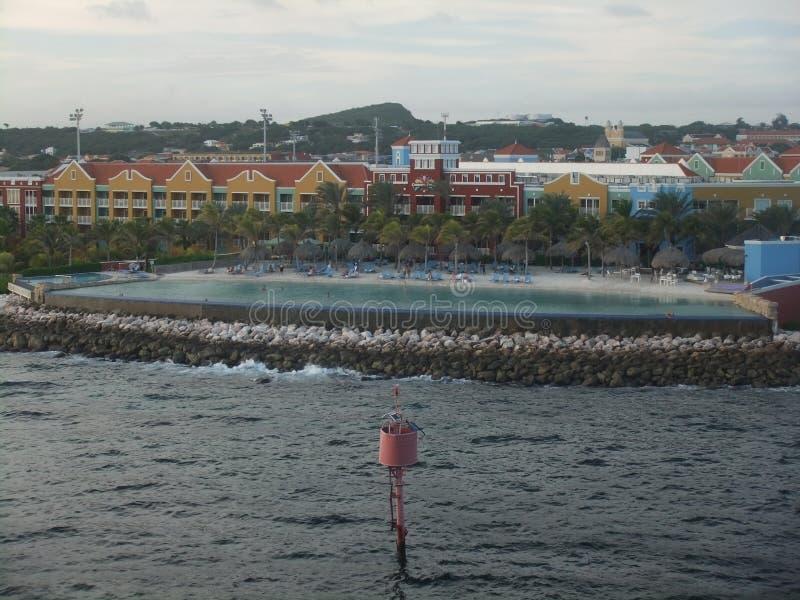 Curaçao setzen Pool-und Ozean-Schönheit auf den Strand stockfotografie