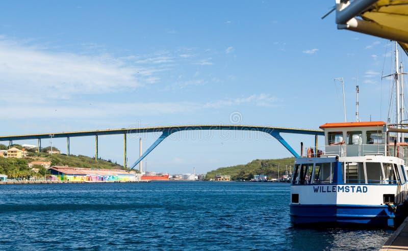 Curaçao tienden un puente sobre y el transbordador de Willemstad imágenes de archivo libres de regalías