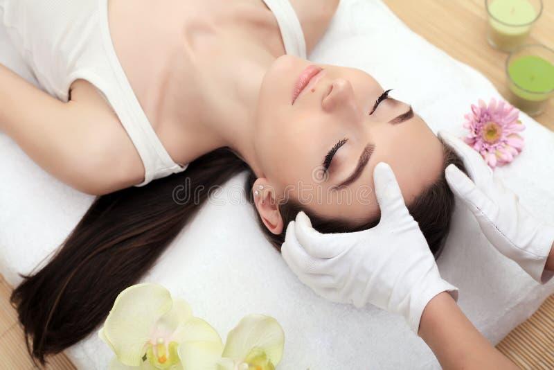 Cura del corpo e della pelle Primo piano di una giovane donna che ottiene trattamento della stazione termale al salone di bellezz immagini stock libere da diritti