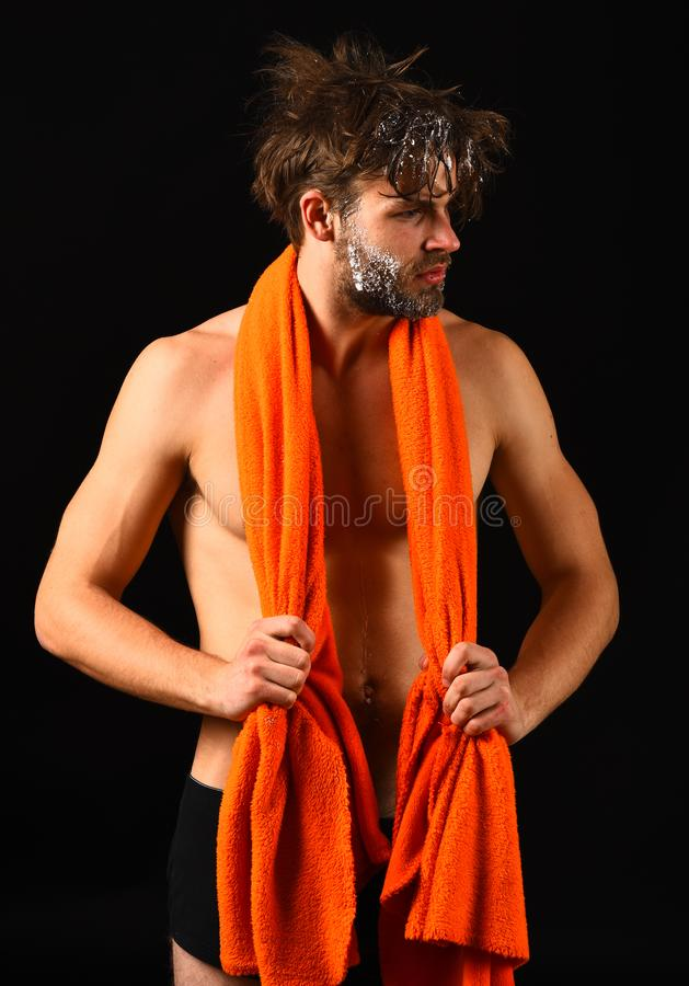 Cura del corpo Uomo con l'asciugamano arancio sul collo pronto a prendere doccia Fondo nudo attraente macho del nero del tipo Uom fotografia stock libera da diritti