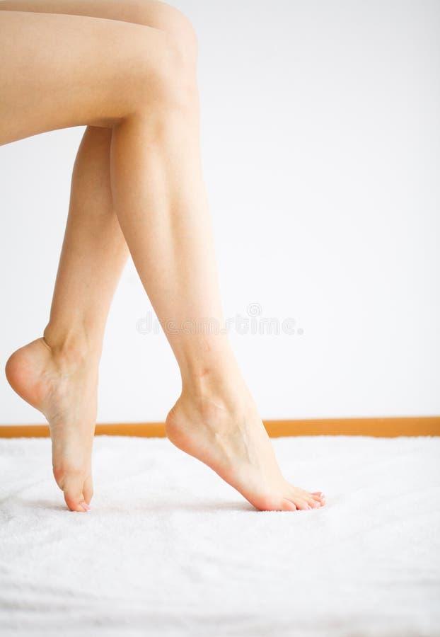 Cura dell'unghia e della mano Bei piedi del ` s delle donne con il pedicure perfetto Manicure della stazione termale di giorno di fotografia stock libera da diritti