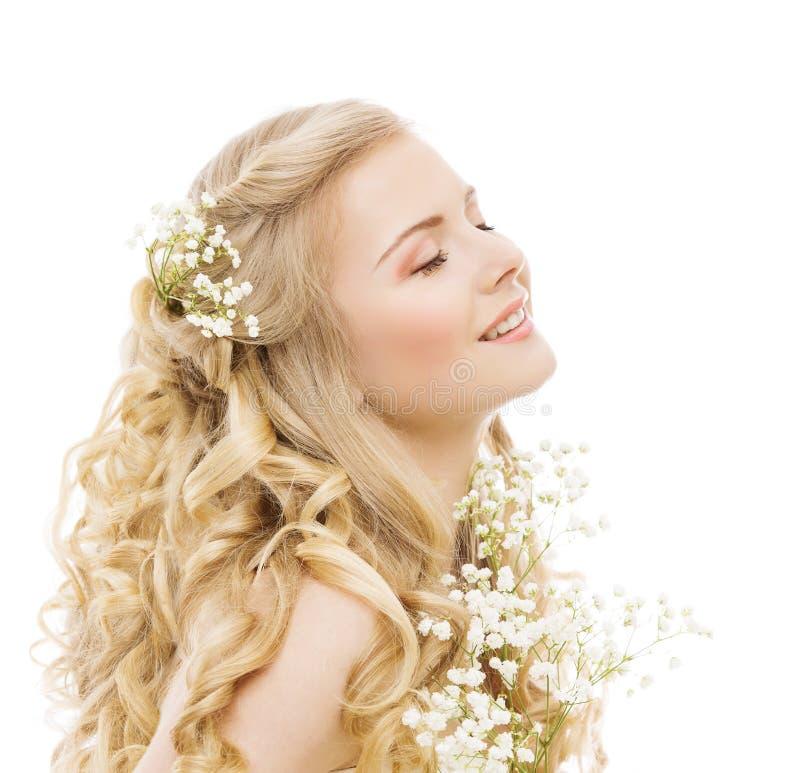 Cura di capelli di bellezza della donna e trattamento, acconciatura felice dei fiori della ragazza su bianco fotografie stock