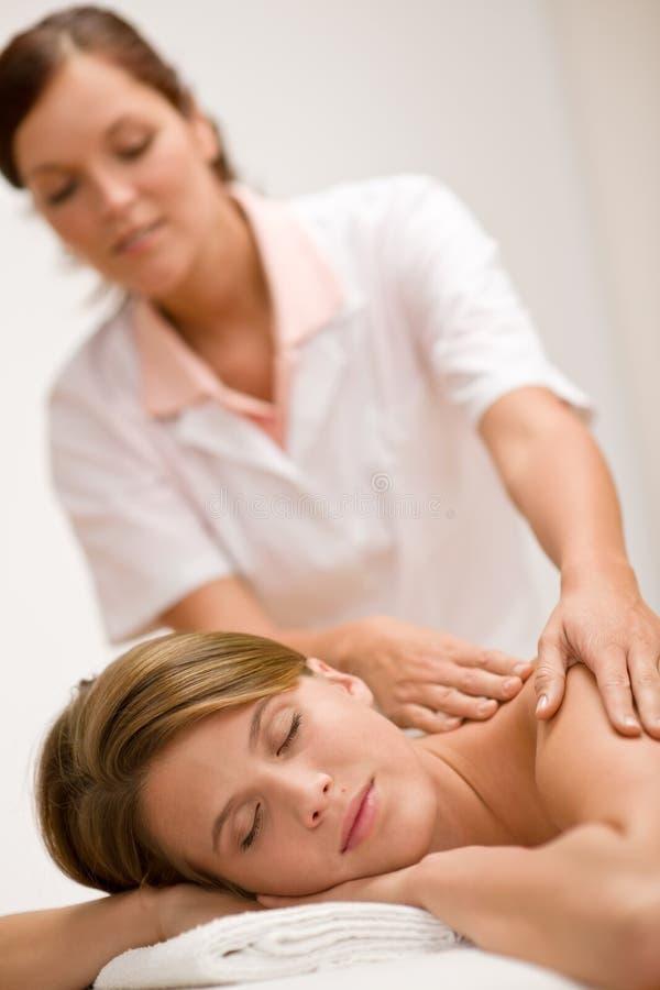 Cura di lusso - donna che ottiene massaggio posteriore immagini stock