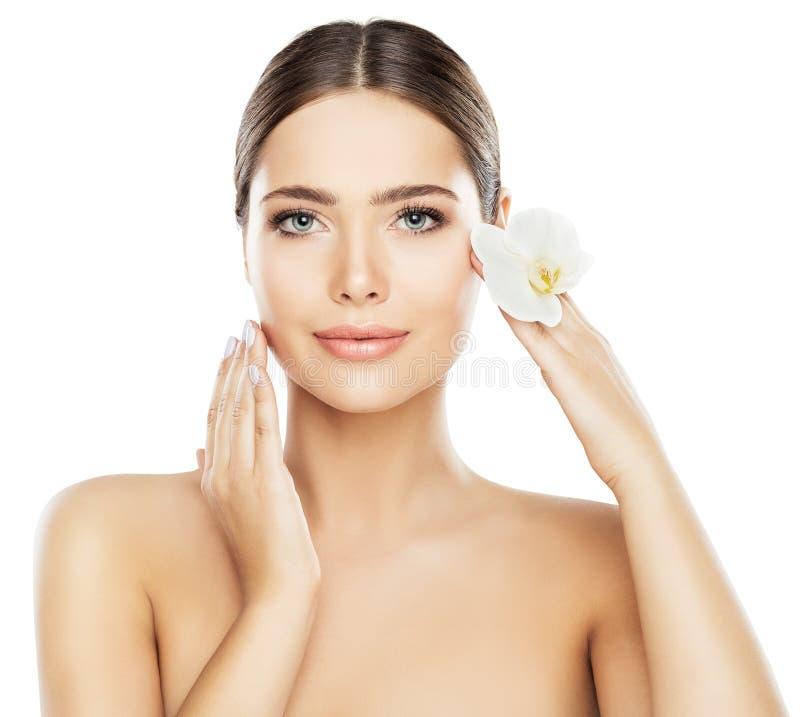 Cura di pelle di bellezza del fronte, trucco naturale della bella donna su bianco immagini stock libere da diritti