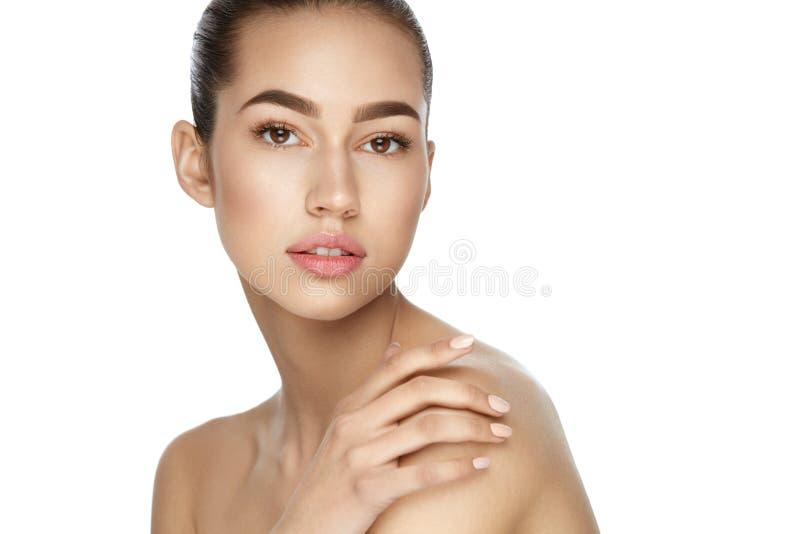 Cura di pelle di bellezza Ritratto della donna sexy con trucco naturale immagine stock