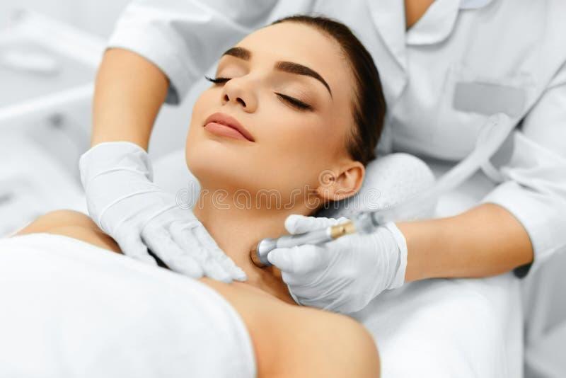 Cura di pelle del fronte Diamond Microdermabrasion Peeling Treatment, Bea immagini stock