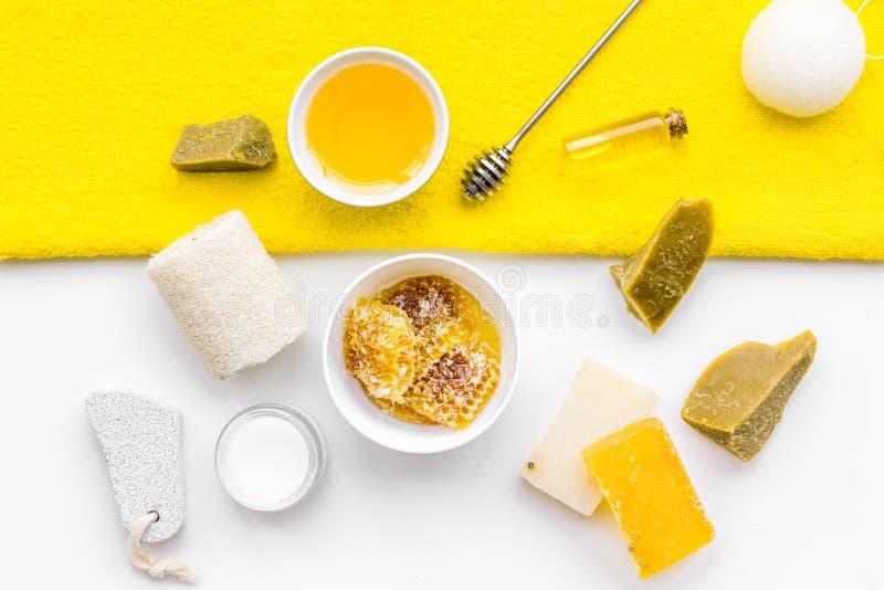 Cura di pelle delicata e di theraphy aromatico Insieme della stazione termale basato su miele sulla vista superiore del fondo bia fotografie stock libere da diritti