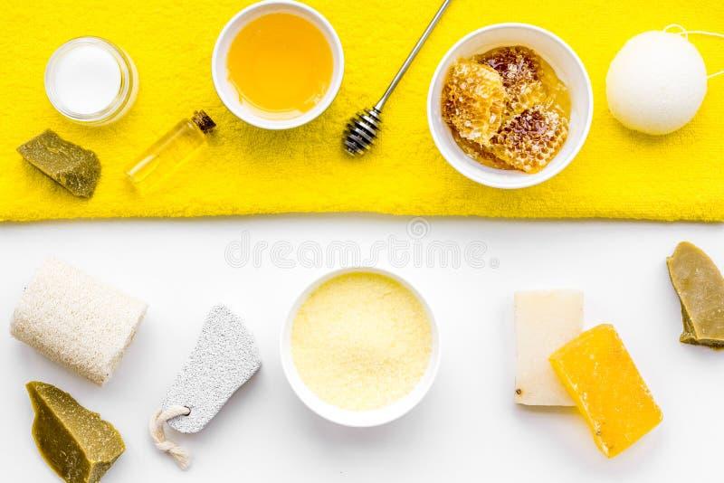 Cura di pelle delicata e di theraphy aromatico Insieme della stazione termale basato su miele sulla vista superiore del fondo bia immagini stock