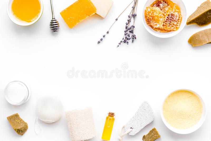 Cura di pelle delicata e di theraphy aromatico Insieme della stazione termale basato su miele sullo spazio bianco della copia di  fotografia stock libera da diritti
