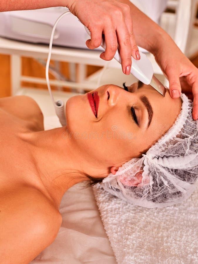 Cura di pelle della sbucciatura facciale di ultrasuono Procedura di pulizia ultrasonica fotografie stock libere da diritti