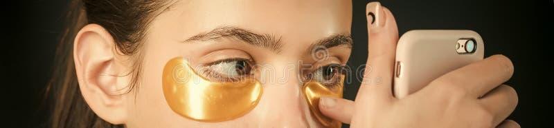 Cura di pelle Maschera del collagene nell'ambito di colore dell'oro degli occhi dalle grinze fotografie stock libere da diritti