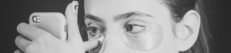 Cura di pelle Maschera del collagene nell'ambito di colore dell'oro degli occhi dalle grinze immagini stock