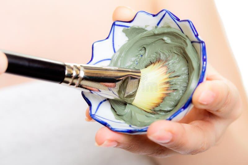Cura di pelle Primo piano della maschera del fango dell'argilla e della spazzola fotografie stock