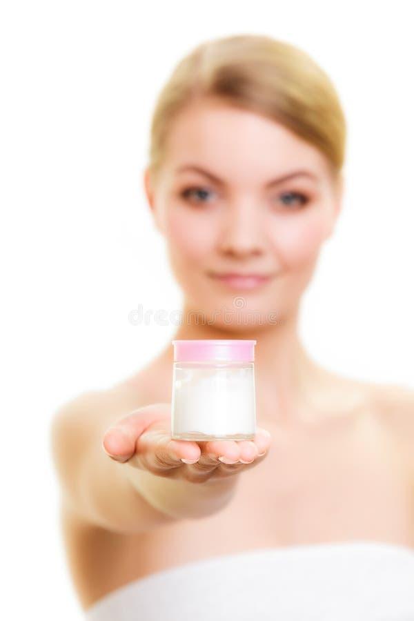 Cura di pelle. Ragazza che applica crema d'idratazione. immagine stock