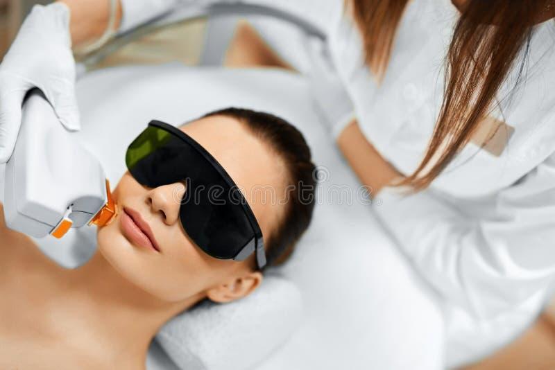 Cura di pelle Trattamento di bellezza del fronte IPL Terapia del Facial della foto formica immagini stock libere da diritti
