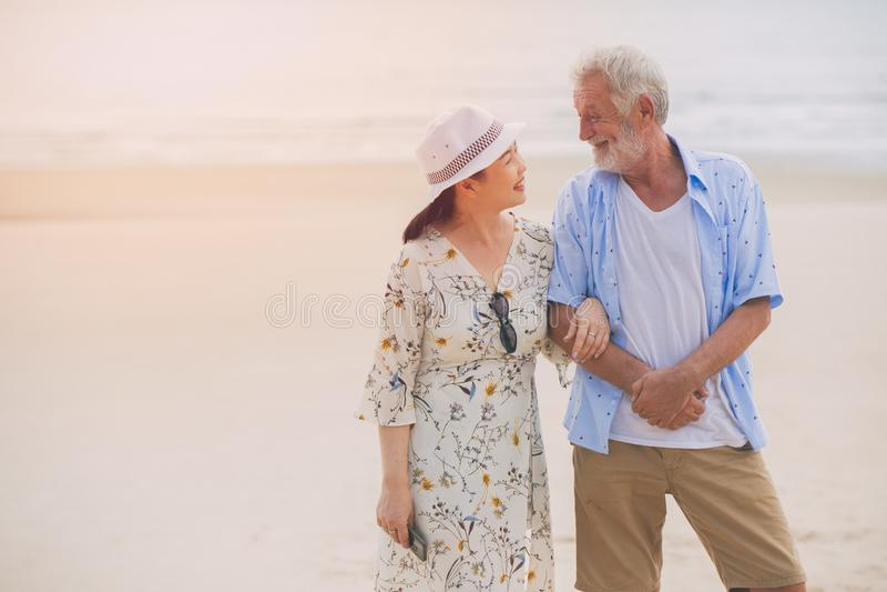 Cura felice dell'anziano adorabile asiatico della moglie delle coppie insieme fotografia stock