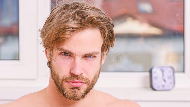 Cura macho di aspetto attraente circa bellezza : Lista di controllo sistematica di bellezza di mattina essenziale fotografia stock libera da diritti