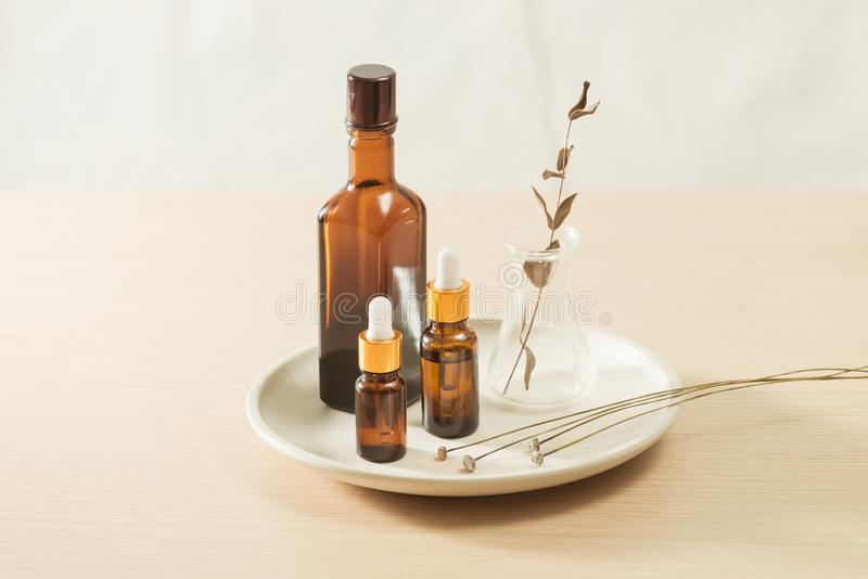 Cura naturale della pelle, scoperta di prodotti di bellezza organica Herbal in laboratorio scientifico immagini stock