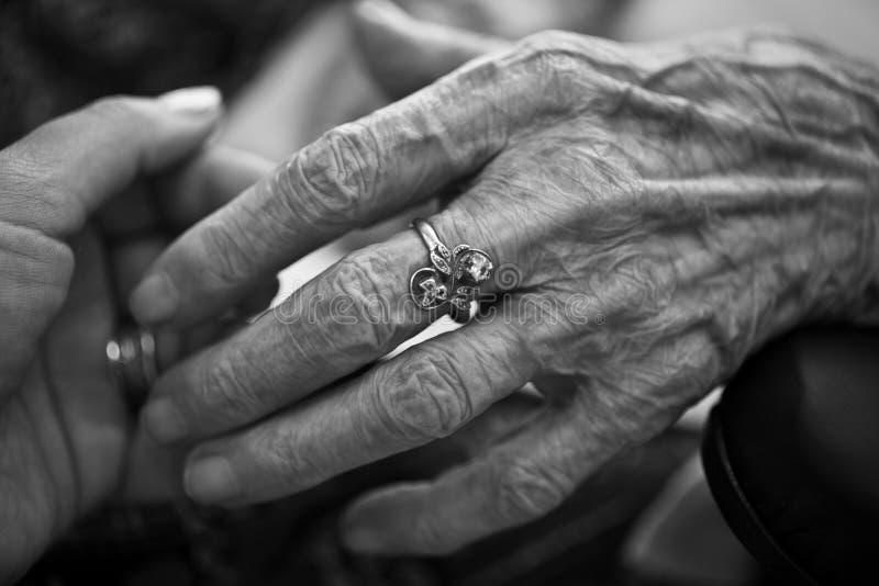 Cura paziente della mano di Eldery immagini stock