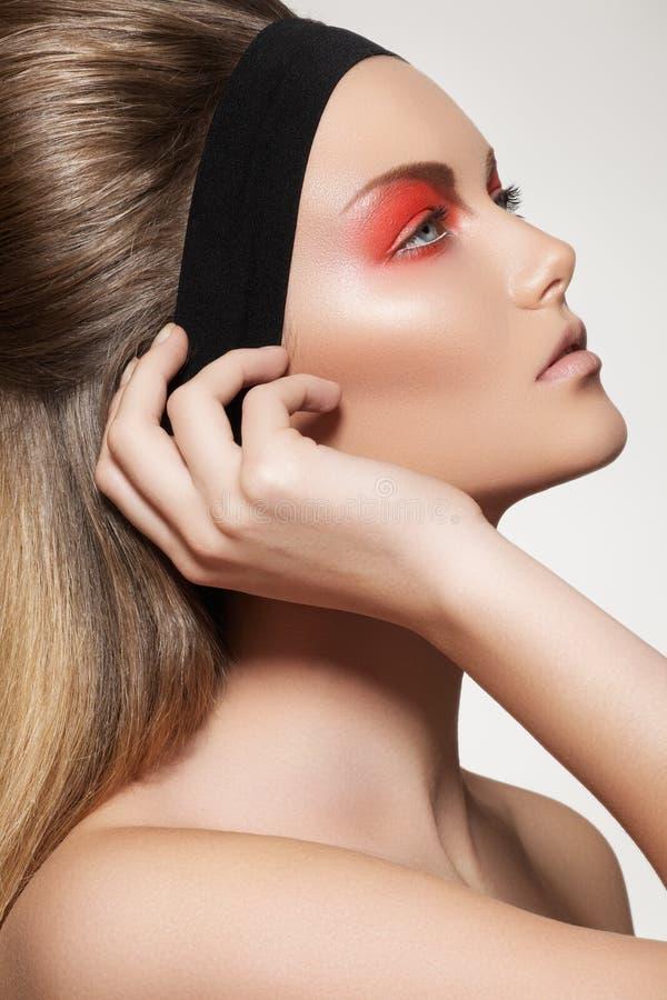 Cura, trucco & capelli di pelle. Fronte di modello con trucco immagine stock