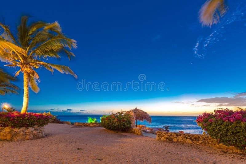 CURACAO SOM ÄR NEDERLÄNDSK - JANUARI 23, 2018: Sikt av landskapet på solnedgången i Playa Lagun Kopiera utrymme för text arkivfoto